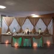 Brauttisch und Hintergrund für Brautpaar mit Beleuchtung und mit Säulen