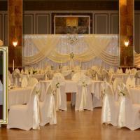 Tischdekorationen inklusive Tischdecken, Tischläufern, Servietten, Vasen und dekorativen Gläsern