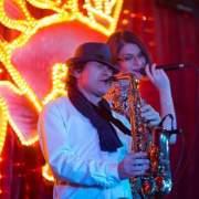 Alexa Mart Livegesang mit Saxophon